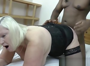 Effulgent GILF welcomes a imperceptive BBC far doggy ventilate